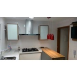 quanto custa cozinha planejada branca e madeira São Caetano do Sul